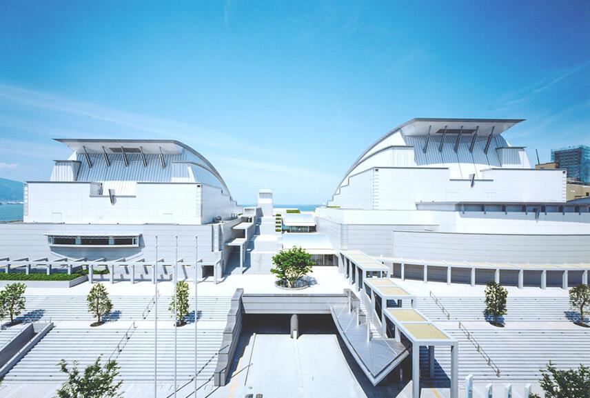 大・中2つのホールを繋ぐペデストリアンデッキ
