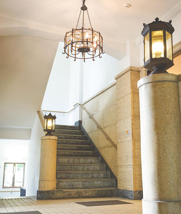 階段の手すりや照明器具も建築当時のものを活かしてリノベーション