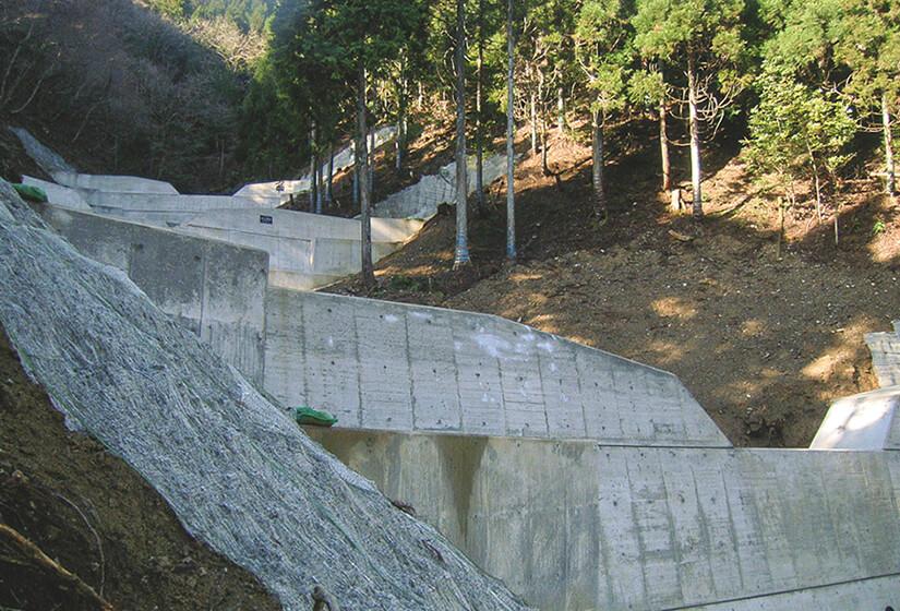 いくつものダムが道路へ土砂が流れ込むのを防いでいる